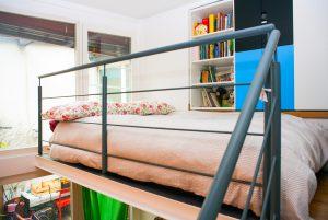 En upphöjd säng skapar extra plats